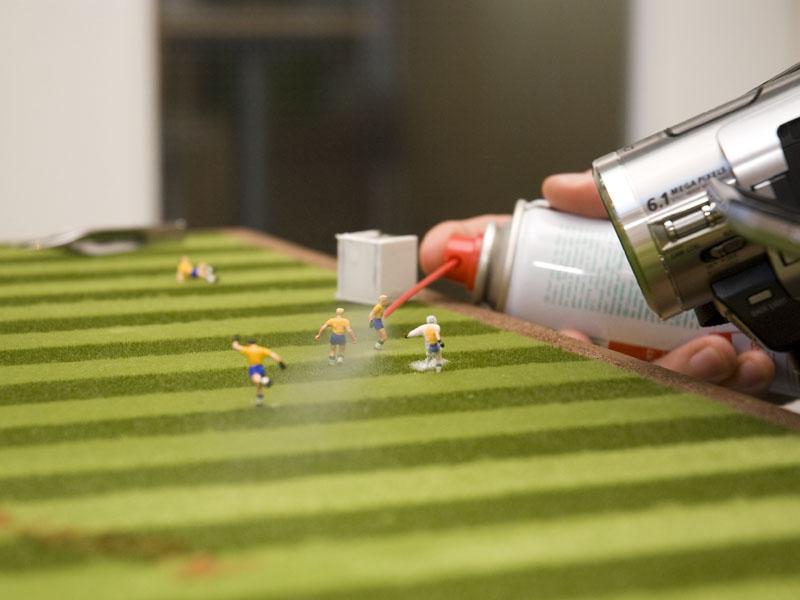 Brasilianische Spieler werden mit Eisspray eingesprüht.